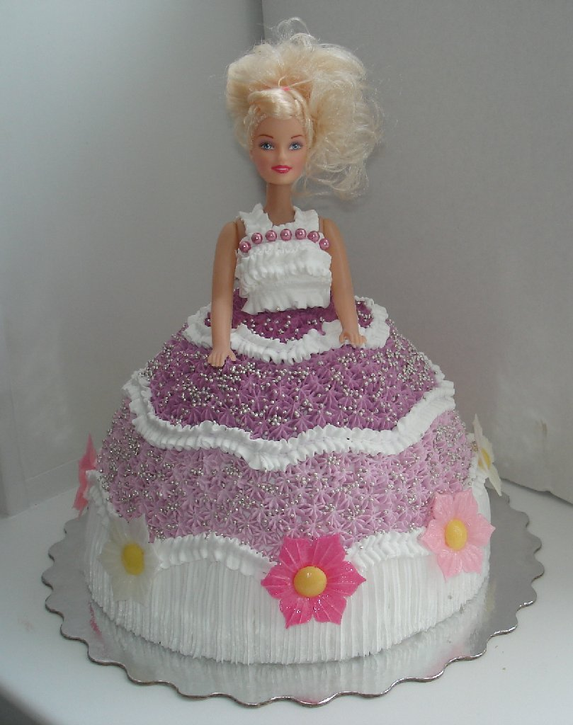 Торт украшен кремом кукла